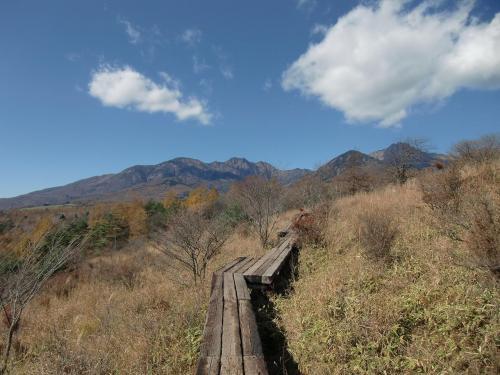 ここに来ると私は必ず「美し森山」(1542m)に登る。20分も歩けば見晴らしのいい展望台に着くので気楽にハイキング気分(写真)が味わえる。