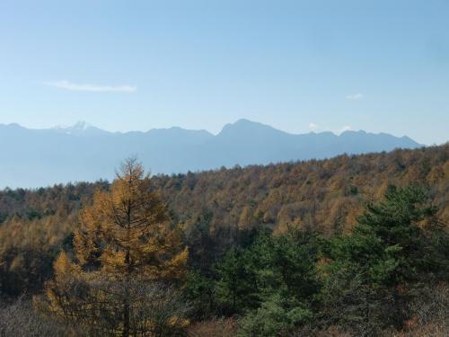 「美し森山」から見た南アルプス(写真)。北岳が白く輝いている。