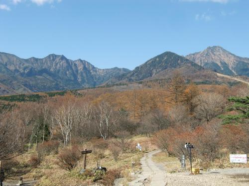 展望台からの八ヶ岳「赤岳」(写真)を眺める。売店でアイスクリームを買って食べる。「うま〜い」