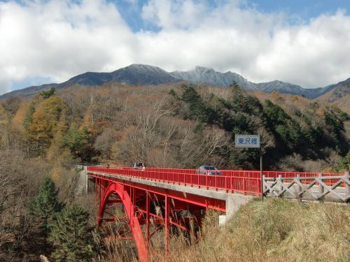 帰路は「八ヶ岳高原ライン」を通って川俣川東沢に架かる赤い橋「東沢橋」(写真)を写真に撮る。ここは有名な絶景ポイント。