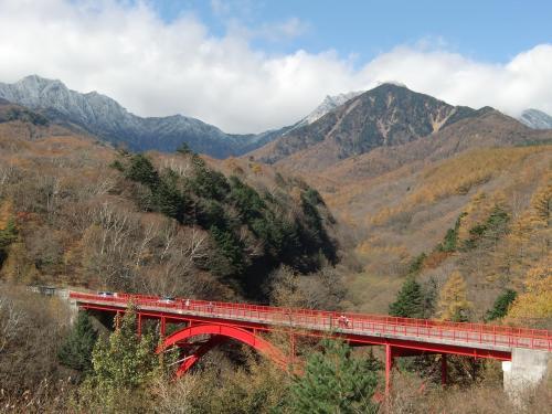 この風景は見応えがある。残念ながら紅葉は終わりに近く鮮やかさもないが、前夜の雨で山は雪景色(写真)になっている。