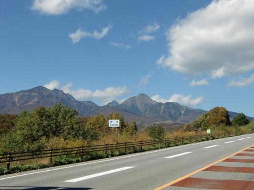 車を走らせていつものコースを巡る。まずは、八ヶ岳の絶景のビューポイントである「北杜八ヶ岳公園線」(写真)を走る。