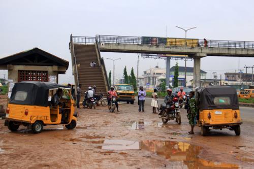 ナイジェリア・ラゴスの市内風景<br />雨が降るとぬかるみ状態で小型のタクシーが大繁盛!<br />ナイジェリアはOPEC第6位の産油国でありながら、放漫財政のため貧困の緩和やインフラ整備が進んでいない。