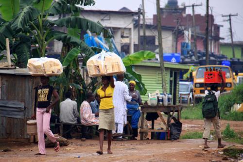 朝のパンを売り歩く人たち