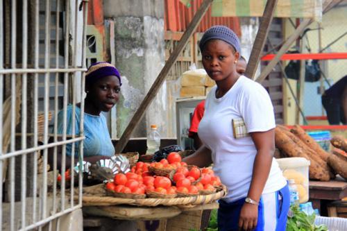 こちらはトマトのような果物を売っています