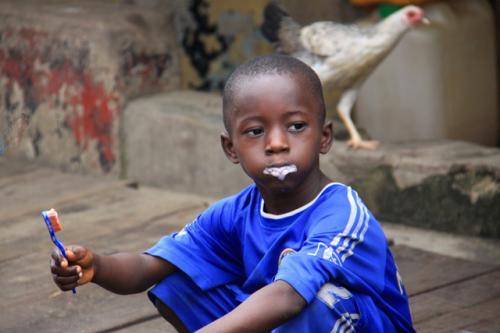 長屋地域に入ると子供たちが朝の歯磨きをしています