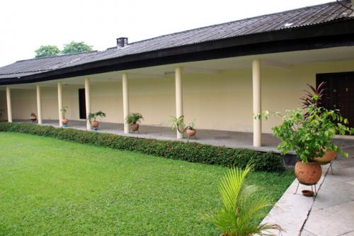 ロの字に展示室が並び中庭は美しい芝生<br />ナイジェリアはアフリカの中で最も人口が多く、200以上の部族による多部族国家。中でも代表的なイボ、ヨルバ、ハウサ部族の伝統的な楽器や王の装飾品などが展示されている。内部は撮影禁止である。
