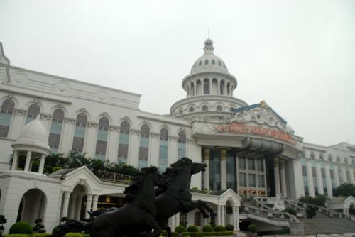 バスは途中、大石の麗江明珠大酒店(通称白宮(ホワイトハウス))に停車します。