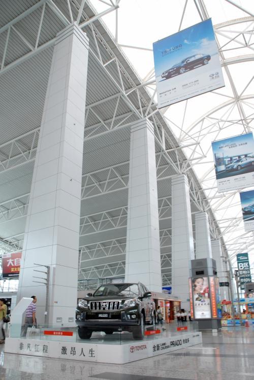 ロビー中央辺りにあった、今や空港には定番の自動車展示コーナー。<br /><br />トヨタの新型プラドですね。<br />先代のデザインよりも「おとな」になった感じがします。<br /><br />今や中国の自動車業界では、新型車は、世界同時販売されるようになりました。