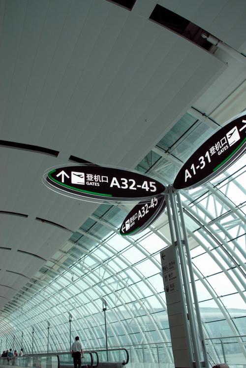 安全チェック後、指定された搭乗口まで向かいます。<br /><br />ええ〜っと、、、今日の西安行きHU7655便は・・・A34ですね。