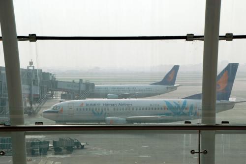 今日の飛行機は「海南航空」、この画像の機材と同じ会社です。<br />ここには「海南」と「新華」が並んでいますが、今日のは別の名称で、このグループ系の飛行機です。<br />何て言うのか忘れました!<br /><br />「新華航空」が親会社で、アメリカ企業が管理を買収した航空会社として成長中です。なので安くてサービスが良く、ハードも清潔な飛行機です。