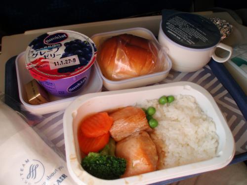 機内食<br />大韓航空764便<br />新潟発なので食事は日本食?<br />塩鮭に醤油あんがかかったご飯。<br />1時間40分のフライトに飲み物<br />食事を出すなんてCAさんたち<br />大忙し。<br />