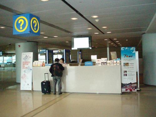 気がつけばソウル仁川(インチョン)空港。<br />トランジットツアーのインフォメーション。<br />1時間からツアーがあります。