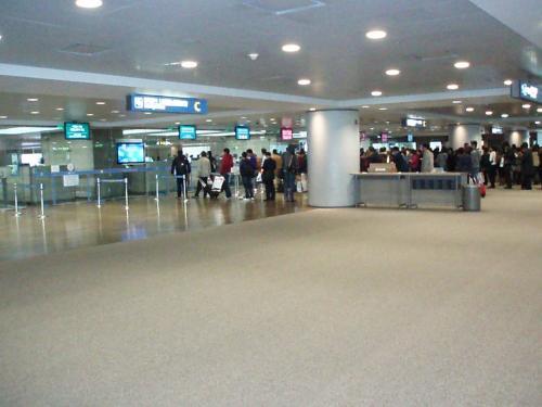 こちら入国審査。<br />トランジットツアーの場合も一旦入国手続きが必要です。