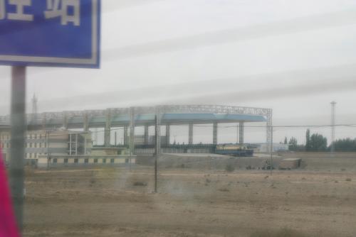 敦煌駅です。<br />丁度列車が止まっていました。