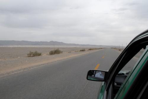 そこから、空港へ向かわずに右折(南下)すると、あと15kmで莫高窟です。<br /><br />遠くには祁連山脈の「三危山」が見えています。