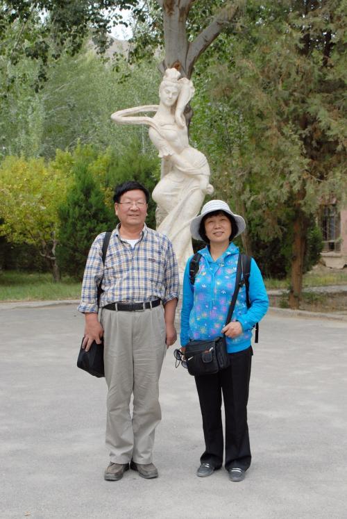 歴代の著名人訪問者の写真が並ぶ所にある飛天石像。<br /><br />あらら!<br />またまた不倫ですか〜。(*灬☆)\バキッ!<br />みなさんが勘違いするようなこと言わないのっ!!