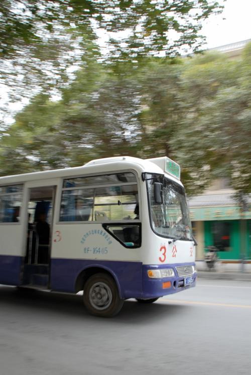 お!<br />3路バスは、鳴沙山行きです。<br /><br />以前の滞在中は、これに乗って鳴沙山へ出かけていました。<br />http://4travel.jp/traveler/chinaart/album/10037953/