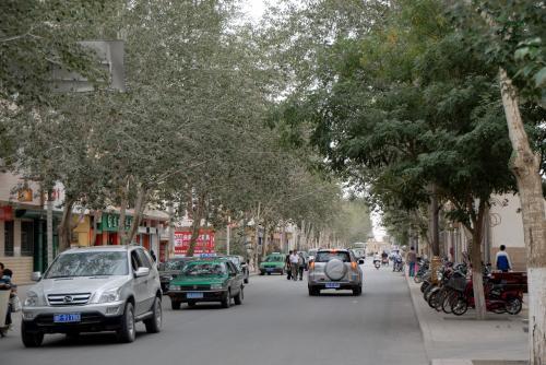 ちょっくらモスクを見に出掛けたいと思います。<br /><br />ホテルを出て南下して、西域路から一条街へ向かいます。<br /><br />西域路は、大きな街路樹が茂ってアーチ状になっている、風光明媚な通りだと思います。
