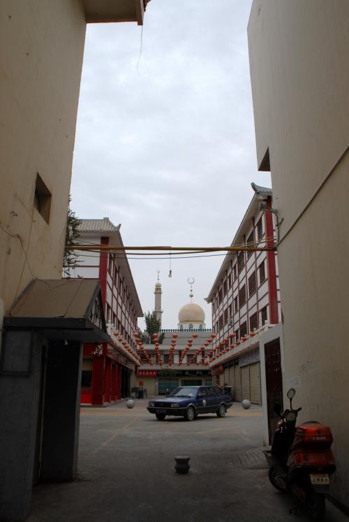 最初にある脇道から、そのモスクが見えています。