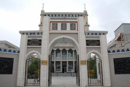 さて、町並みは後回しで、モスク前までやって来ました。<br /><br />ここのモスクは立派な方だと思います。