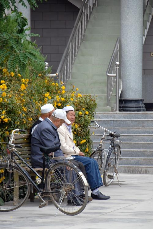 寛ぐ維吾爾人もいますね。