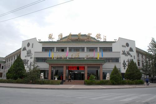 道が、敦月路に替わる交差点は「月映路」ですが、その角には、以前の滞在中にも、用事で何度か訪れた金葉賓館があります。<br /><br />「叶」の文字は、中国語では葉っぱの「葉」です。<br />(中国語に「叶う(かなう)」と言う言い方はありません)