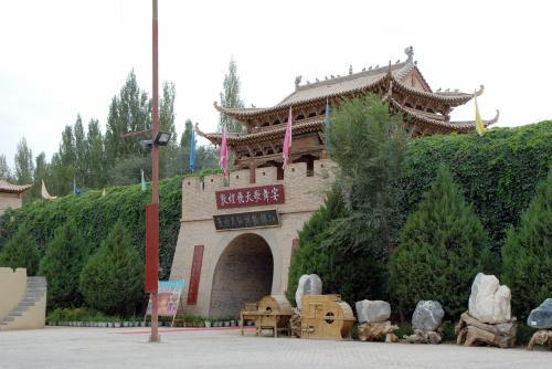 途中にある「敦煌民族博物館」。<br /><br />よく演劇をしています。