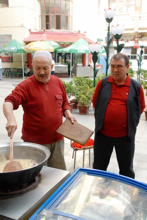 全てがハンドメイドの「料理道具」です。<br /><br />維吾爾人工作人は、トタン板をガンガン叩きながら、鍋や柄杓やポストまで作っちゃいます。<br />その様子は、南新疆へ出かけた時にでもご紹介出来ると思います。