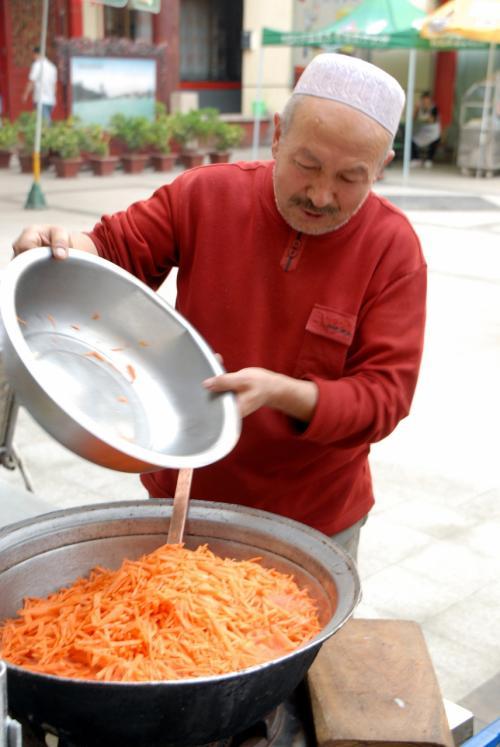 ニンジンは、その大鍋を覆い尽くすかの如く、最後に放り込みました。<br /><br />では、抓飯のレシピを・・・(*灬☆)\バキッ!(←料理番組じゃないってば!)