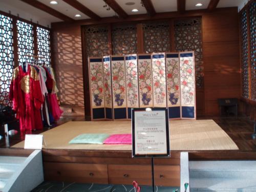 韓国の民族衣装も着れます。<br />専門の係りの人が居ないと駄目です。