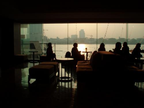 チャオプラヤ川の沿いにあるROYAL RIVER HOTEL<br />チャオプラヤー・エクスプレスといわれるボートの船着場まであるいて7分位。
