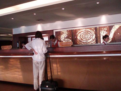 ホテルフロント。<br />日本語は通じません。<br />簡単な英語でOKです。