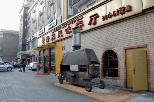 そこには、民俗調のレストランがありました。<br /><br /><br />え?<br />24時間営業・・・??