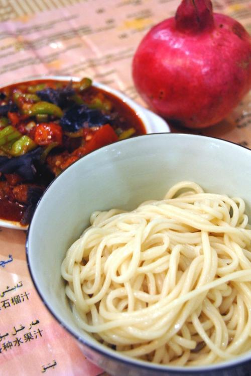油を避けて、抓飯を避けたこまは、もう一つの定番の「拌麺(ラグマン)」で。<br /><br />トマトベースのソースが食欲をそそります。