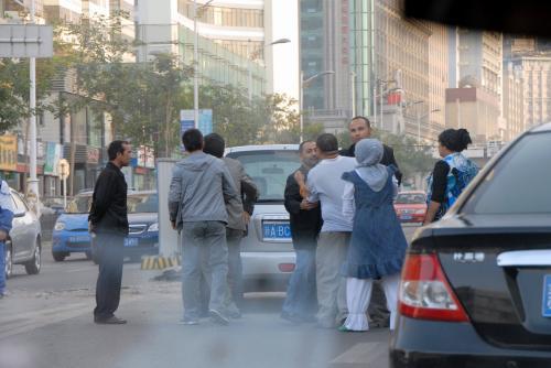 さて、初日の夕食は失敗でしたが、今日は北京組とはここまでです。<br />道でタクシーを拾うと、各々別行動になりました。<br /><br />こま達の車は、二道橋の南手にある「勝利路」まで向かいます。<br />そこにある、新疆青少年出版社の友人に会う為です。<br /><br />途中、接触事故で人が揉めていました!