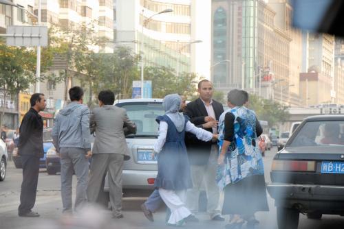 殴りかかったりしている姿を見ていると、維吾爾人の気質が見え隠れしてて、何だか少々冷や汗。