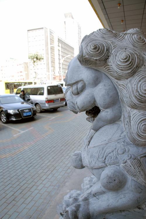 到着したのは、銀行の看板はありませんが、それなりの感じの事務所でした。<br />獅子像があるので、勝手に銀行だと思いこんでいましたが、、、