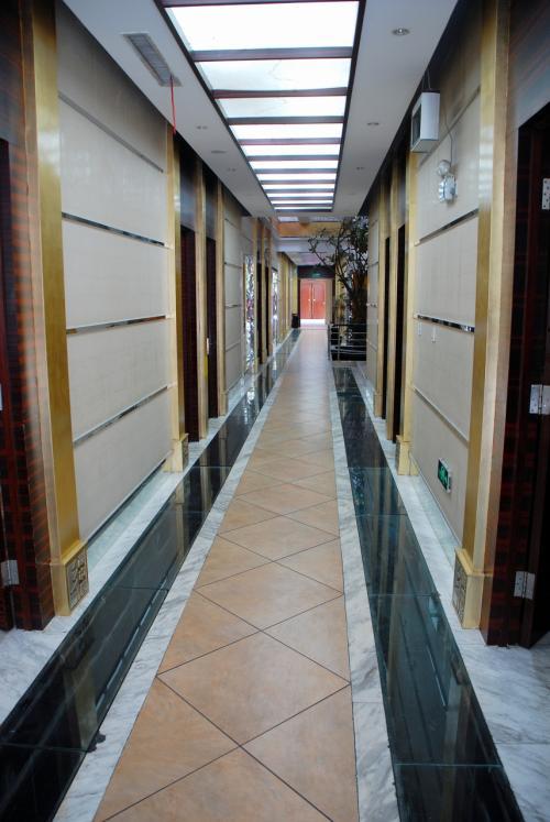 通路にはズラッと並ぶゴージャスな個室。