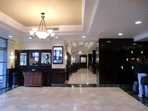 清潔で機能的なロビー・フロント(写真)。ラスベガス・マリオットはコンベンションに参加するビジネス客向けホテルのようで、それ程豪華ではない。