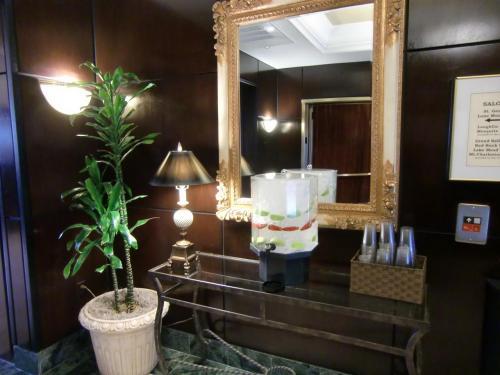 客室清掃が終了したという連絡がフロントスタッフから入ったので、ルームキーをもらって部屋に行く。写真:エレベーターの前にある水のサービス