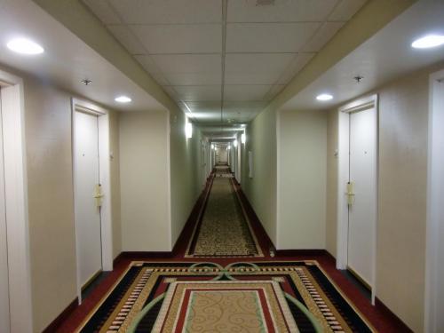 本日の部屋は希望どうり上層階(14階)の1402号室。長い廊下を歩いて部屋に向かう。
