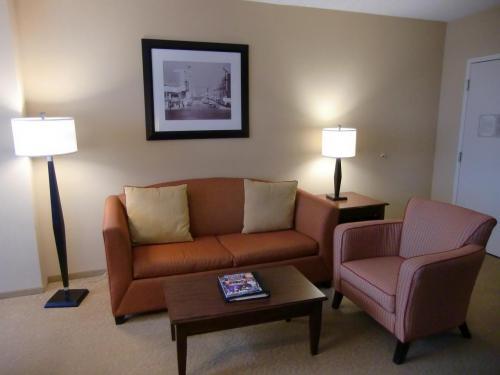 座り心地の良いソファー(写真)に大型のフラットテレビ。