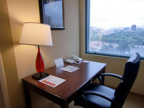 高層階の窓側に大きめの机(写真)があり、ここで書類の作成等、仕事ができる。もちろん、インターネット接続OK。