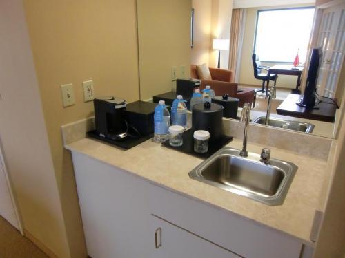 普通のホテルにしては珍しく「流し台」(写真)がある。