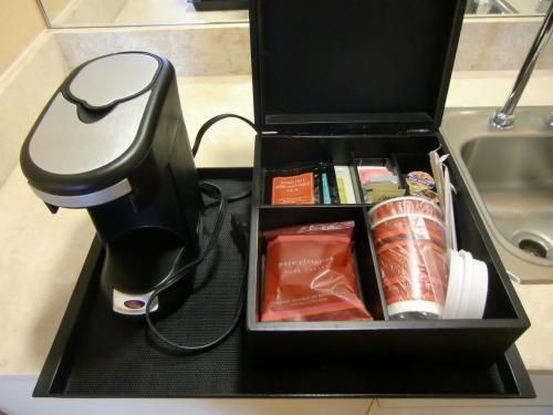 マリオットホテル標準装備のコーヒーメーカー(写真)と2種類のコーヒー(カフェイン入りとカフェインなし)、紅茶、等。