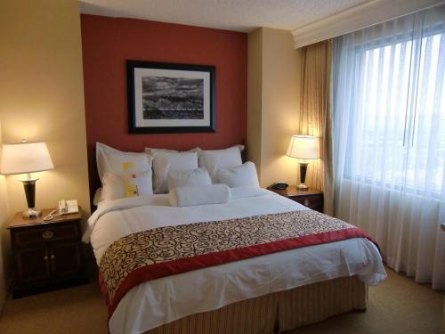 洗練されたベッドルーム(写真)になる。このホテルの客室は全室「スイート・タイプ」になっている。