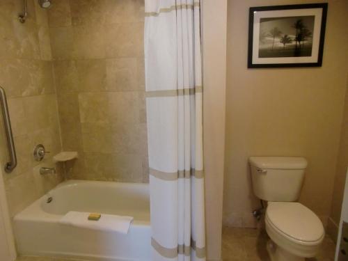 清潔なバスルーム(写真)居住性抜群の客室である。1泊だけで残念!