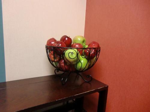 フィットネス・ジムに置いてあるサービスのりんご。ジムで汗を流した後、2個もらっていく。