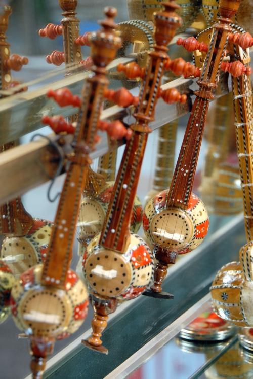 楽器屋には、お土産としてのミニチュア楽器が沢山!